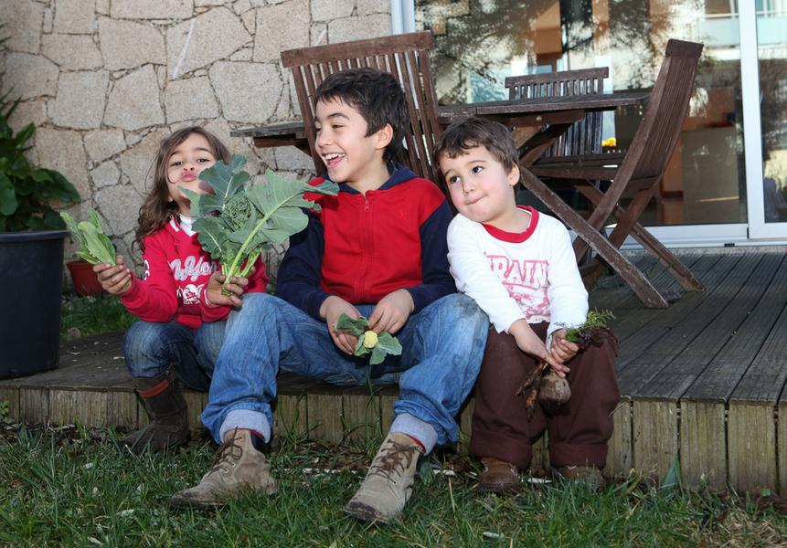 crianças a jardinar